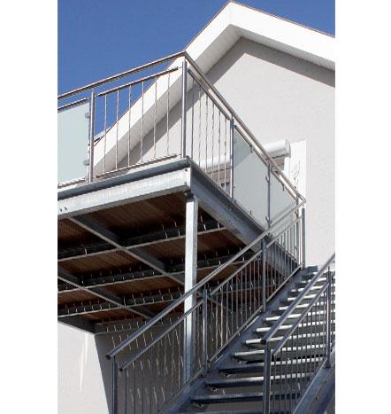 f rniss metallbau anbaubalkon mit aufgangstreppe in dettenheim. Black Bedroom Furniture Sets. Home Design Ideas