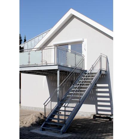 f rniss metallbau anbaubalkon mit aufgangstreppe in. Black Bedroom Furniture Sets. Home Design Ideas